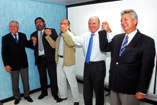 Unidos pelo aumento do conteúdo nacional. Alberto Machado, Paulo Sergio Galvão,   José Adolfo Siqueira, Franco Papini e Walter Lapietra. (Foto: Paulo Botelho).