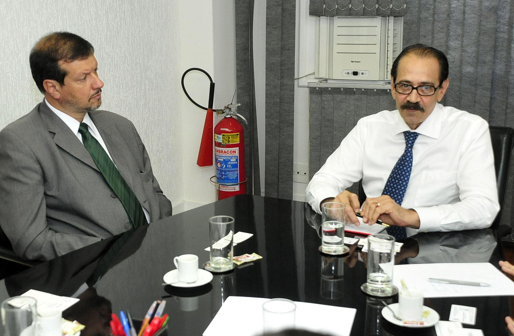 Na foto, o Prefeito Lindenmeyer com o Dr. Ariovaldo Rocha. (Fotos: Botelho)