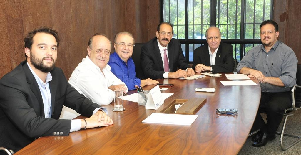 À direita do Presidente Ariovaldo Rocha, estão o Prefeito Fernando Jordão, o Secretário João Carlos Rabello e o Assessor Jurídico-Tributário do SINAVAL Tomás Arantes. À esquerda do Presidente estão o Secretário-Executivo Sergio Leal e o Vice-Presidente Institucional do SINAVAL Marcelo de Carvalho.