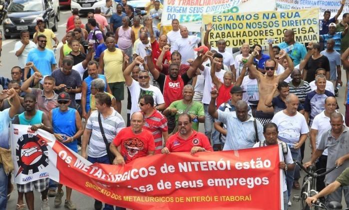 Protesto: Cerca de 150 ex-funcionários do estaleiro Eisa PetroUm, demitidos em julho, fizeram uma manifestação em Niterói para cobrar as indenizações que não foram pagas – Foto: Jornal Extra - Fábio Guimarães