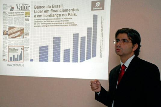 Carlos Borba, gerente geral da Agência Empresarial Teleporto – RJ, do Banco do Brasil, apresenta a estrutura para atender à indústria de construção naval.
