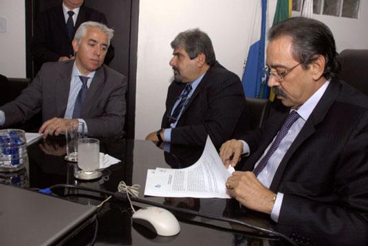 O presidente da FINA – Federação da Indústria Naval Argentina – Pablo Augusto Noel, o vice presidente do SINAVAL Paulo Haddad e o presidente do SINAVAL Ariovaldo Rocha, assinam o acordo de cooperação internacional.