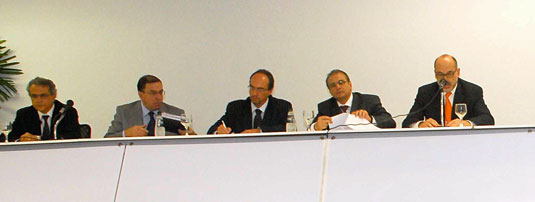 Visão parcial da mesa sobre competitividade em EPC: (da esquerda para a direita) Laerte Galhardo, presidente do CE-EPC; José Veloso, Abimaq; André Leite, Statoil; Pedro Barusco, Petrobras; Milton Costa Filho, Arpel.