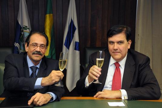 Ariovaldo Rocha, presidente do SINAVAL, e Carlos Ivan Simonsen Leal, presidente da FGV, brindam   a assinatura do acordo de parceria.