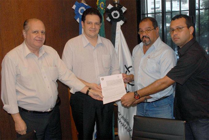 Na foto Sergio Leal e Marcelo Carvalho, do SINAVAL, Edson Rocha e Luiz Cláudio Bittencourt, presidente em exercício e diretor do STIMMMENI [Foto: Botelho].