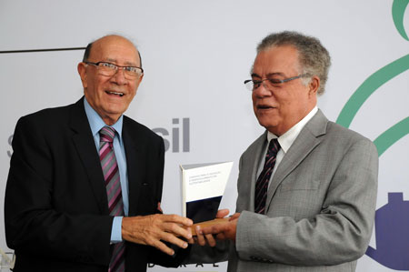 Prêmio entregue pelo presidente da Fundação Aro ao diretor do BrasFELS Alceu Mariano. [Foto: Botelho]