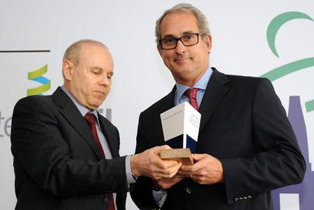 Prêmio entregue pelo Ministro da Fazenda Guido Mantega ao presidente do STX OSV Waldemiro Arantes. [Foto: Botelho]